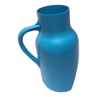 Orinal de plástico masculino Damaco con asa color azul aislado sobre fondo blanco vista lateral izquierda
