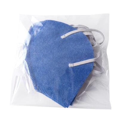 Bolsa con 5 cubrebocas color azul plumbago forma tipo concha de tela no tejida chemical bond unicapa con resorte elástico sobre fondo blanco