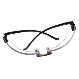 Vista superior de anteojos de seguridad claros sobre fondo blanco
