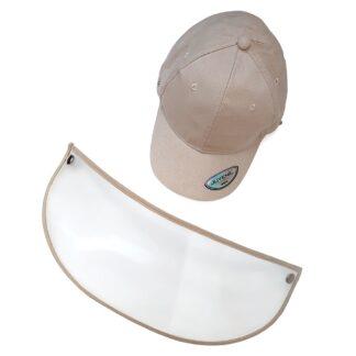 Gorra juvenil color café claro con visera y careta transparente PET extendida sobre un fondo blanco