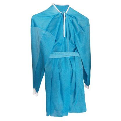 Vista reverso de bata de poliéster color azul con puños blancos y cintas de amarre para personal médico sobre fondo blanco..